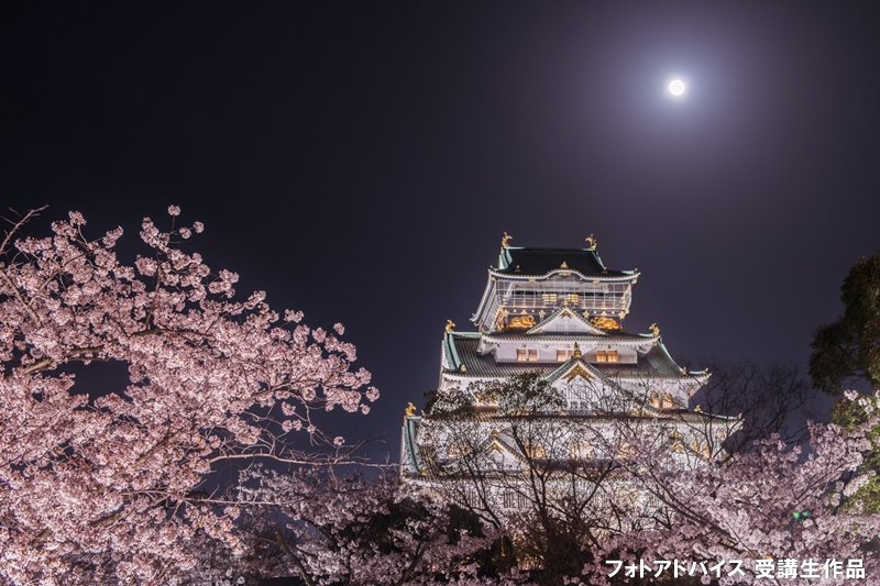 白と桜と満月を撮った写真
