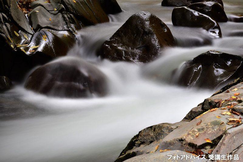 三脚を使って渓流をスローシャッターで撮った写真