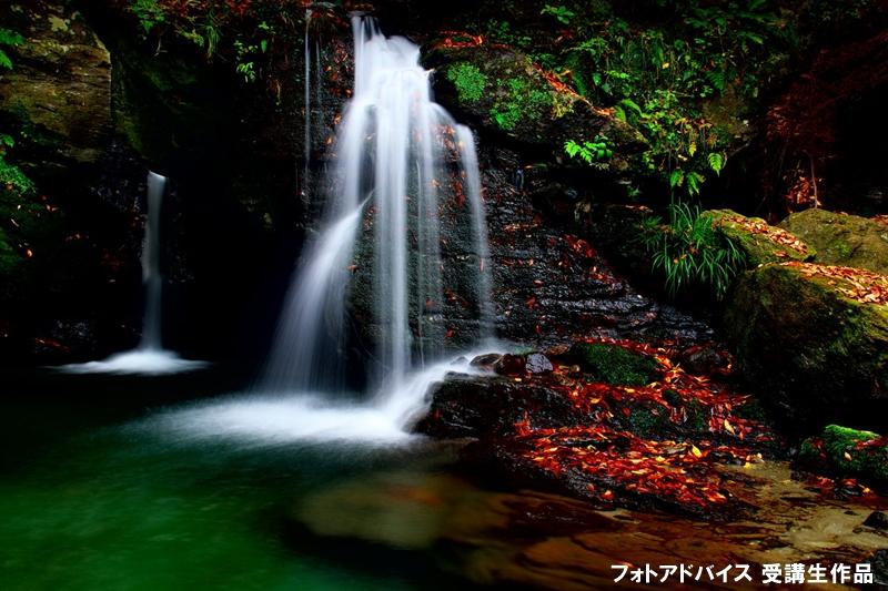 岩肌の紅葉と滝の足し算