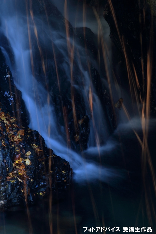 滝と舞い散る紅葉の足し算