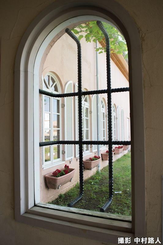 広角レンズで室内から外の風景を撮った作品